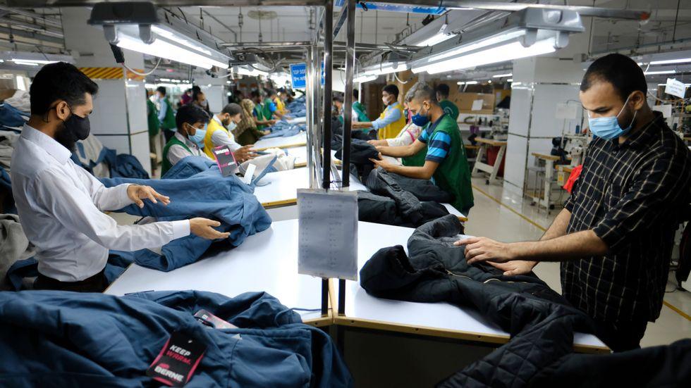 Arbete vid en textilfabrik i Savar, Bangladesh. Arkivbild.