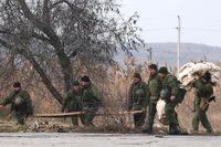 Ryska soldater bygger upp ett tillfälligt läger vid Krimhalvöns färjeterminal.