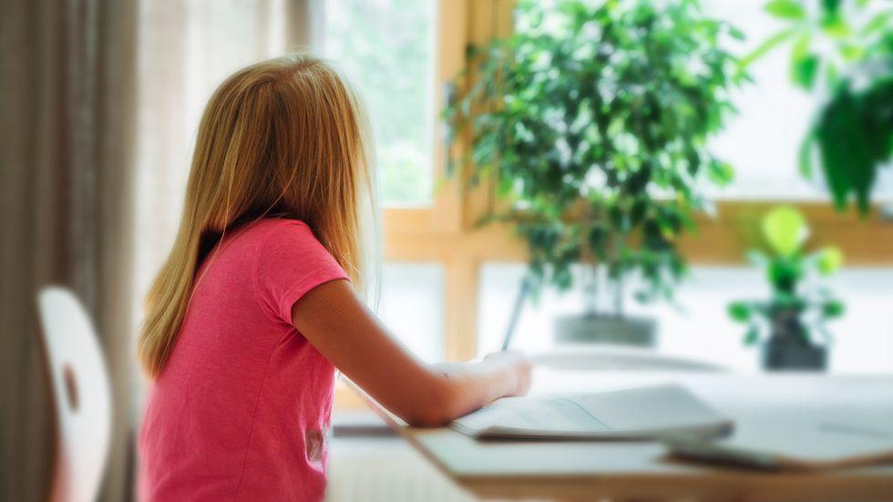 Barn med add tappar ofta fokus och försvinner in i dagdrömmande. Flickan på bilden har inte add.