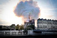 Röken från Notre-Dame spred sig över Paris centrala delar.