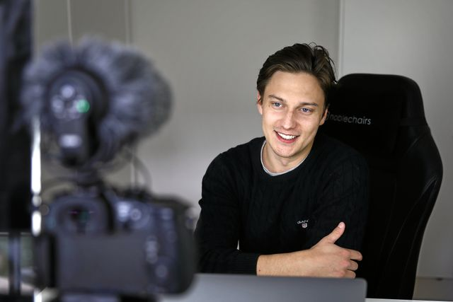 Emil Hansius framför kameran i sin studio. Foto: Peter Holgersson.