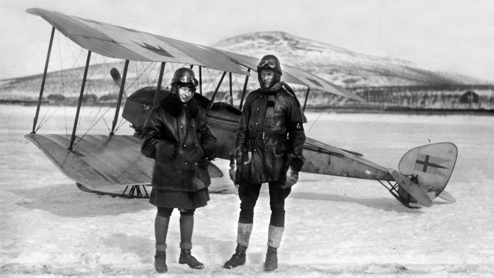 Ester Blenda Nordström (tv), journalist och författare som bland annat var med att utforska Kamtjatkahalvön i dåvarande Sovjetunionen, med sin man René Malaise.