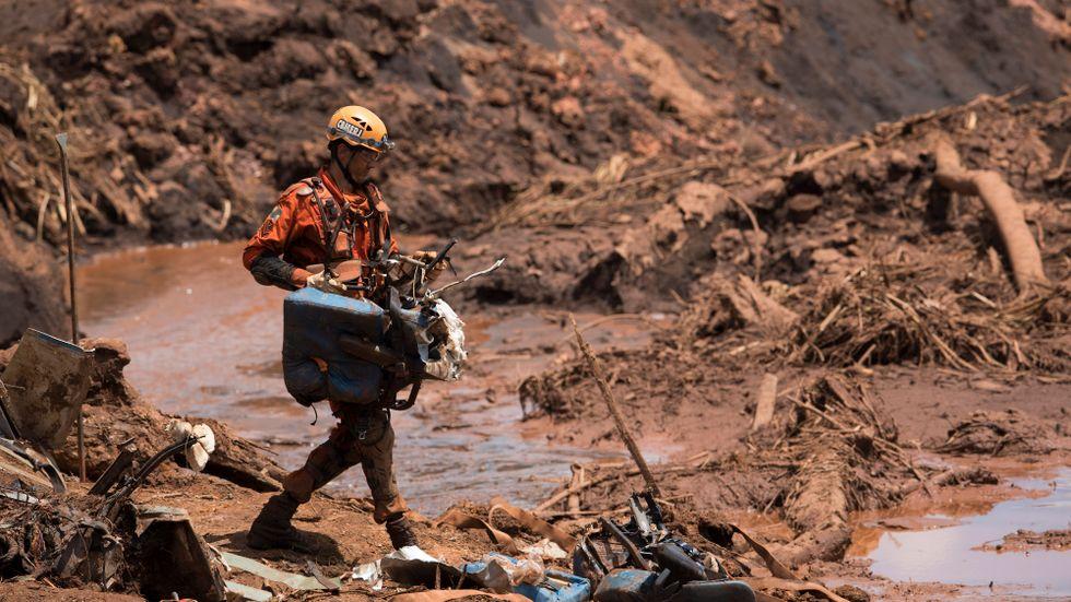 Räddningsarbetet fortsätter efter dammraset i fredags.