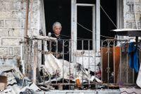 En kvinna blickar ut från en lägenhetsbyggnad i den självutnämnda republiken Nagorna-Karabach, 4 oktober.