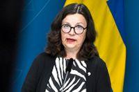 Utbildningsminister Anna Ekström presenterar budgetnyheter på en pressträff där även högskole- och forskningsminister Matilda Ernkrans deltar.
