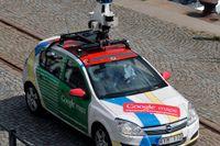 Kameraförsedd bil från Google fotograferar Stockholms gator. Nu ska konkurrenten Apple ta fram en motsvarighet till tjänsten genom att skicka ut egna bilar på svenska gator och vägar. Arkivbild.