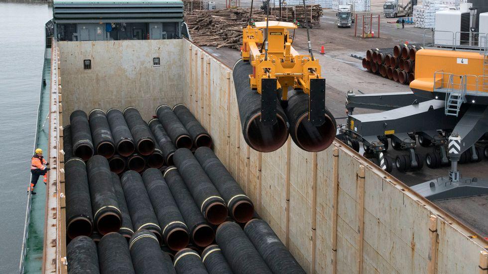 Rör som ska användas för att bygga Nord Stream 2 lastas i hamnen i Karlshamn. Arkivbild.