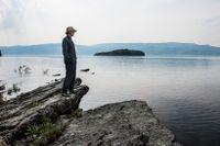 Den svenske konstnären Jonas Dahlberg på platsen för det planerade minnesmonument Memory wound vid Utøya.