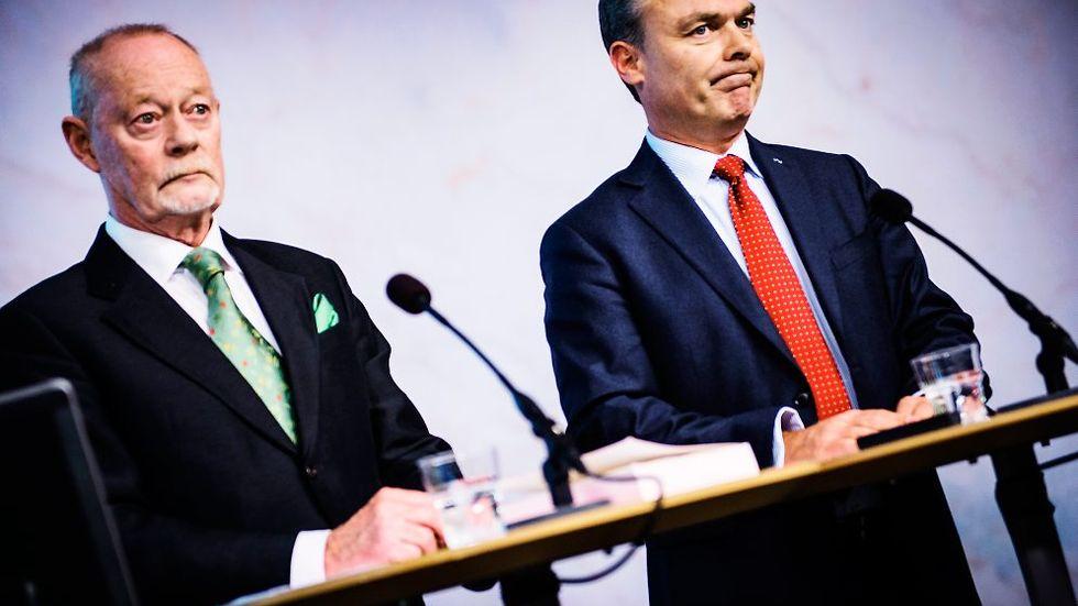 2014. Leif Lewin överlämnar sin utvärdering av kommunaliseringen till utbildningsminister Jan Björklund. Var Liberalernas ledare skulle placeras på GAL-TAN-skalan är alltjämt en outredd fråga.