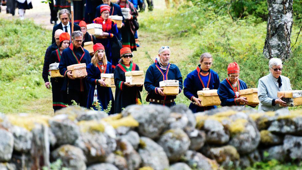 Procession mot gravplatsen när kvarlevorna av 25 samer återbegravdes i Lycksele i augusti i fjol. Arkivbild