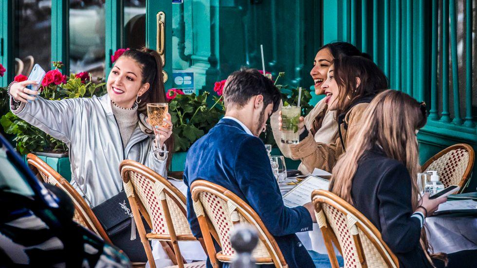 Paris den 19 maj: Efter över sju månaders nedstängning och utegångsförbud på kvällen öppnar stadens brasserier, kaféer och kulturliv upp.