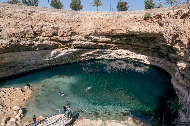 Turister tar gärna ett svalkande dopp i det 20 meter djupa slukhålet.