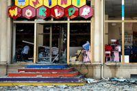 En affär i Gjandzja som träffats av troliga granatattacker på söndagen.