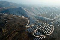 En syn som ska bli allt vanligare. Arkivbild på en jättelik solenergipark i Ruicheng i den kinesiska provinsen Shanxi.