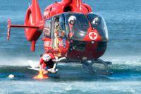 Ambulanshelikopter under drunkningsövning.