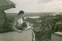 Eva Hellung Strohl, som barn, på balkongen högst upp på Kungsklippan 22.
