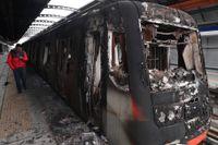 Flera bränder har anlagts i samband med protesterna i Santiago. Här är en tunnelbanevagn som har bränts.
