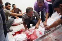 På sjukhuset i Beit Lahita sörjer en man sin avlidna släkting efter Israels attack.