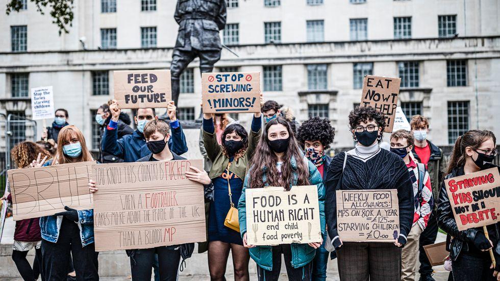 Protester mittemot Downing Street mot att fattiga skolbarn inte får tillräckligt med mat när skolornas matsalar är stängda.