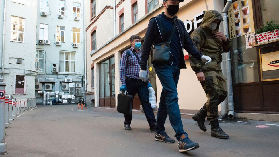 Ryska myndighetsrepresentanter med beslagtagna dokument från Chodorkovskijs organisation Öppna Ryssland i juli 2020.