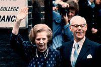 Margaret Thatcher lämnar vallokalen vid Castle lane, Westminster, London tillsammans med maken Dennis 1983.