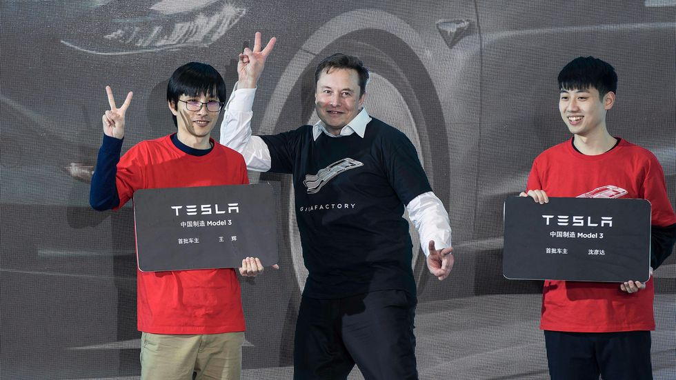 Teslas vd Elon Musk, fångad på bild under ett spontant dansnummer.