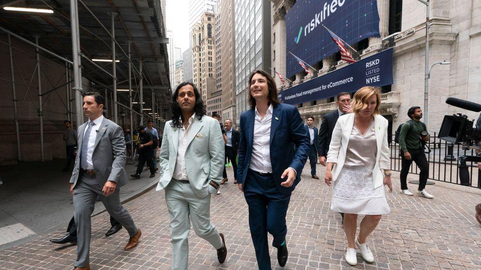 Robinhood-grundarna Baiju Bhatt och Vladimir Tenev på Wall Street i samband med börsnoteringen.
