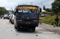 En polisbuss med krossade rutor vid protesterna i Timika på onsdagen.