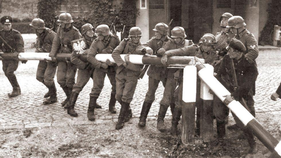 Den 1 september 1939: tyska soldater vid gränsen till  Polen.