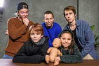Juniorreportrarna Ivan och Stella fick träffa IJWTBC i deras studio. Dockan är känd från deras videor.