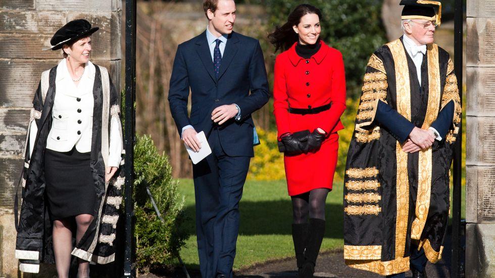 Storbritanniens prins William med sin Kate besöker parets gemensamma lärosäte St Andrews 2011.