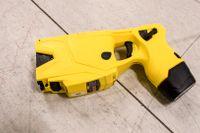 En variant av elpistol som använts av den svenska polisen. Arkivbild.
