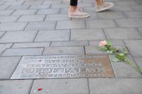 Rosor vid platsen där statsminister Olof Palme mördades på Sveavägen 1986.
