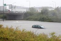 En bil sitter fast på den översvämmade inre ringvägen i Malmö. Foto: TT