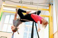 I luftakrobatik är barnen högt uppe. Tränarna är alltid med och passar så att ingen skadar sig.