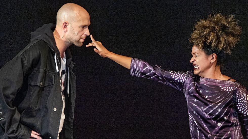 """Alexander Lycke och Angelika Prick repeterar """"Cyrano de Bergerac"""" på Kulturhuset Stadsteatern, dit regissören Alexander Mørk-Eidem återvänt från Dramaten."""