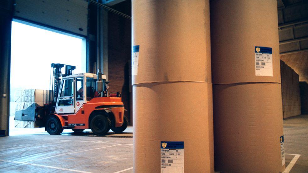 Bäckhammars pappersbruk söder om Kristinehamn i Värmland. Här ses en truck lasta pappersrullar. Bäckhammar tillverkar grovpapper till omslagspapper och övrig industri.