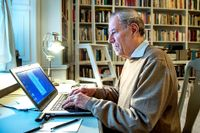 Akademiledamoten Pär Wästberg vid datorn.