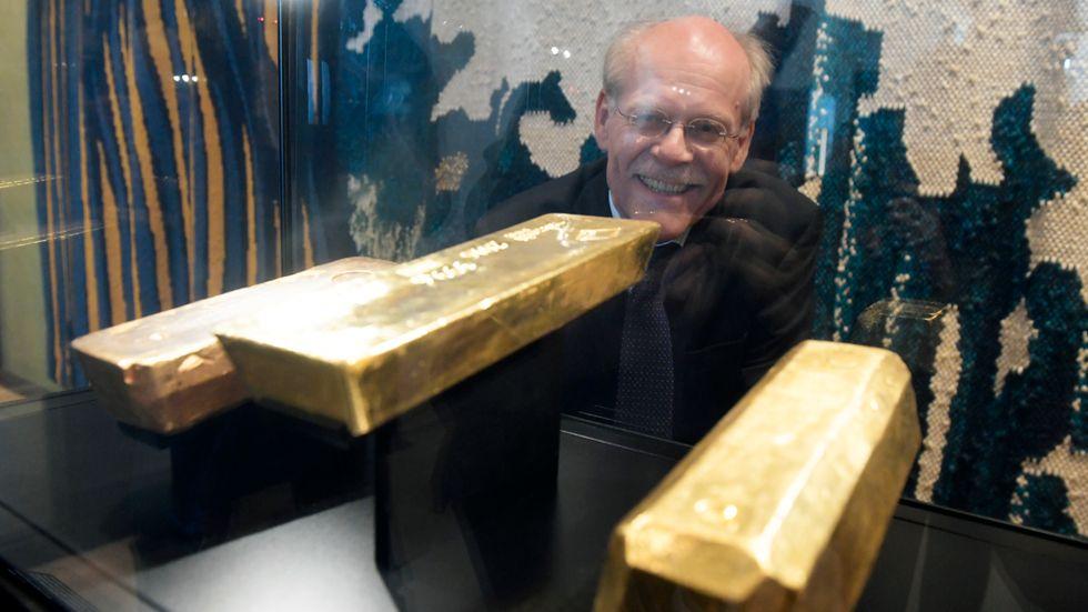 Glad i guld. För första gången någonsin visar 350-årsjubilerande Riksbanken upp delar av sin guldreserv. Här riksbankschefen Stefan Ingves som visar tre tackor från olika tidsepoker.