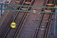 En nedriven kontaktledning orsakar störningar i tågtrafiken. Arkivbild.