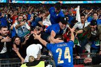 Italiens Alessandro Florenzi firar med supportrar efter segern i EM-finalen på Wembley.