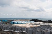 Mängder av tankar med radioaktivt vatten lagras vid kärnkraftverket Fukushima. Arkivbild.