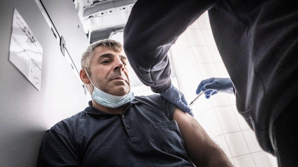 Mehmet Arslan får sin andra spruta i vaccinationsbussen i Skärholmen centrum.