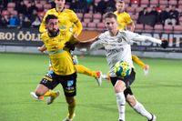 Elfsborgs Fredrik Holst och Örebros Johan Bertilsson i kamp om bollen.