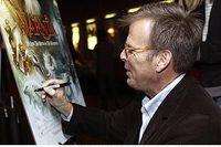 """Mark Johnson signerar en affisch för sin senast producerade film Narnia. """"Jag har nöjet att varje år få se några av de bästa filmerna från så många länder och därför vet jag hur bra film kan vara"""" säger han."""
