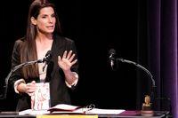 Sandra Bullock fick äran att motta ett guldsprejat hallon under Razziesgalan 2010. Arkivbild.
