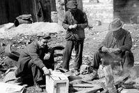 I New York 1932 försöker tre arbetslösa män tända en eld av gamla lådor och plankor för att kunna laga mat.