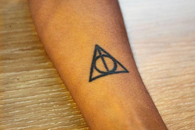 Janice har en tatuering av symbolen för dödsrelikerna. Tilde har samma symbol sprayad med graffiti på sin vägg.