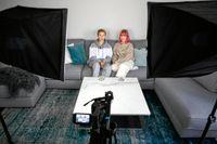 """""""Tonårsliv"""" släpps en gång i veckan. Sök på """"Adrian & Klara – Tonårsliv"""" på Spotify för att hitta podden! Foto: Ari Luostarinen"""