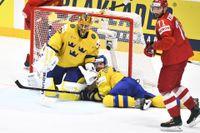 Jacob Markströms och Oliver Ekman Larssons (liggande) Tre Kronor hade en tung afton i 4–7-förlusten mot Ryssland i hockey-VM.
